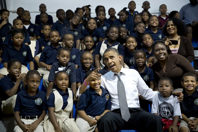 Barack Obama, entouré de jeunes enfants américains.... (Photo: archives The New York Times)