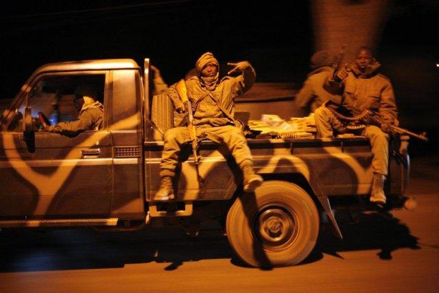 Des soldats maliens retournent à Diabali depuis Niono... (PHOTO JEROME DELAY, AP)
