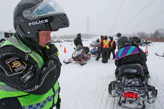 Les policiers vérifient la conformité des véhicules, s'assurant... (Photo Le Soleil, Pascal Ratthé)