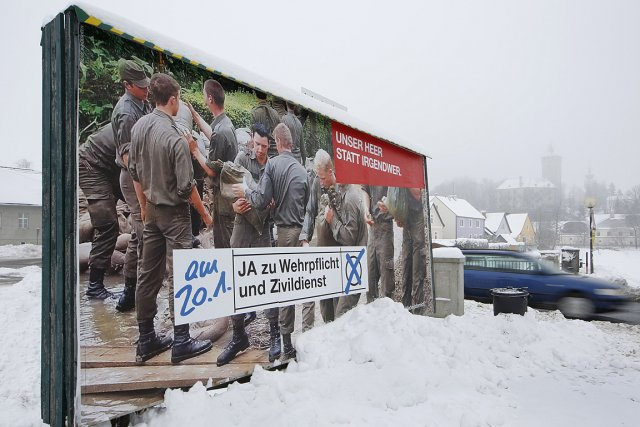 Une affiche fait la promotion du service militaire... (Photo: AFP)