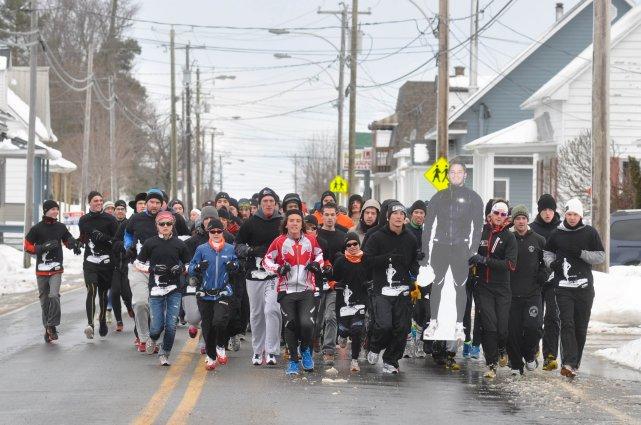 Des centaines de personnes ont couru à la... (PHOTO: ÉMILIE O'CONNOR)