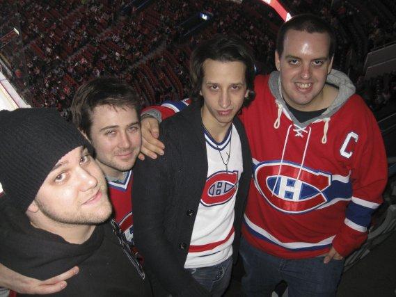 Leur chandail rouge du Canadien sur le ... (photo La Voix de l'Est)