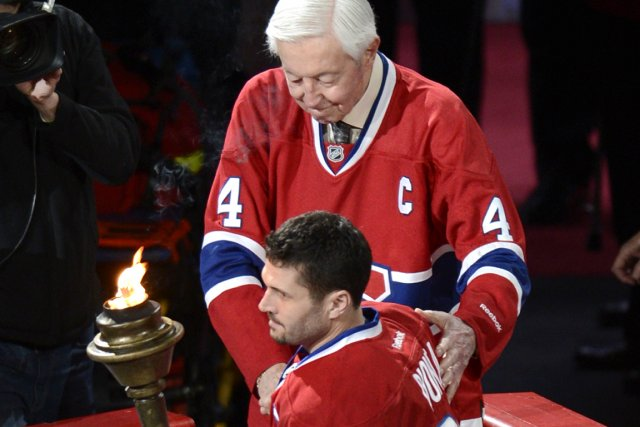 Le flambeau transmis par Jean Béliveau au capitaine... (Photo: Bernard Brault, La Presse)