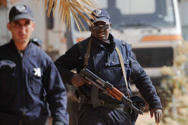 Des policiers algériens montent la garde, alors que... (PHOTO FAROUK BATICHE, AFP)