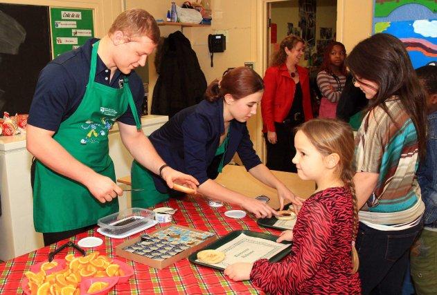 Vladislav Lysenko a servi des bagels en compagnie... (Collaboration spéciale, Vincent Lévesque Rousseau)