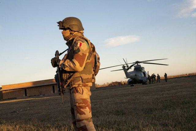 Un soldat français monte la garde, alors qu'un... (PHOTO FABIO BUCCIARELLI, AFP)