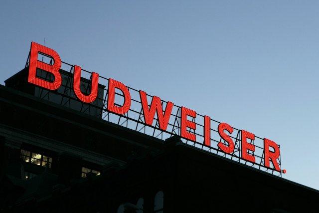 Une enseigne de la brasserie Anheuser-Busch.... (Photo: AP)