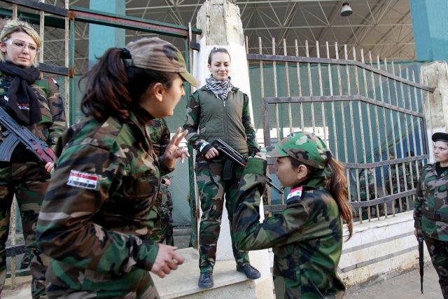 La première unité féminine des Forces de défense... (PHOTO ANWAR AMRO, AFP)