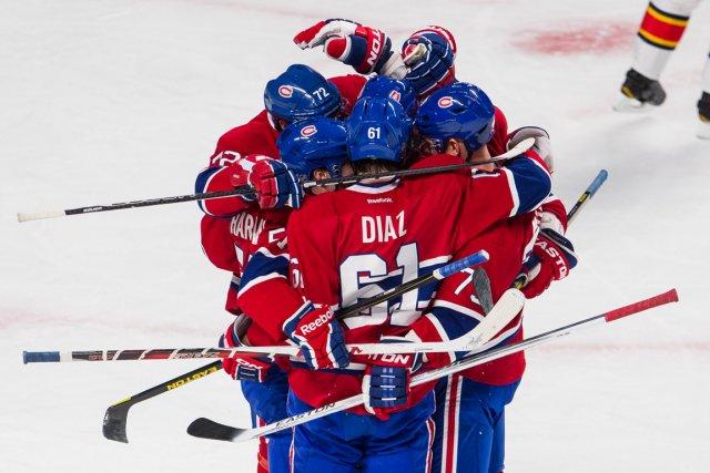 Les joueurs du Canadien célèbrent le premier but... (PHOTO EDOUARD PLANTE-FRÉCHETTE, LA PRESSE)
