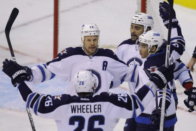 Les Jets célèbrent le but de Matt Kane.... (PHOTO GARY CAMERON, REUTERS)