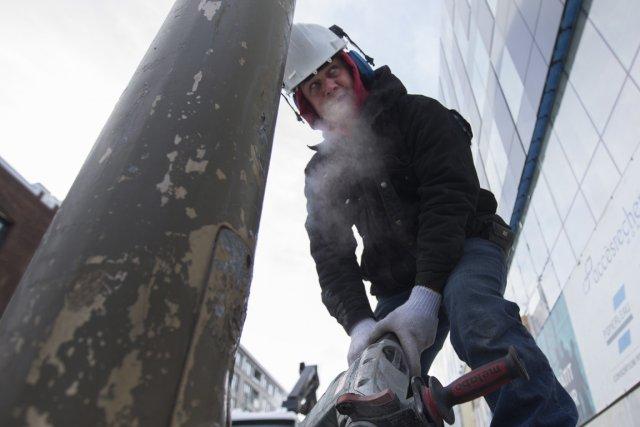 Les gens qui travaillent à l'extérieur, comme cet ouvrier de la construction,... (Photo Ivanoh Demers, La Presse)