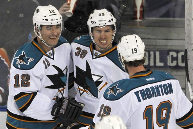 Patrick Marleau, Logan Couture et Joe Thornton célèbrent... (Photo Reuters)