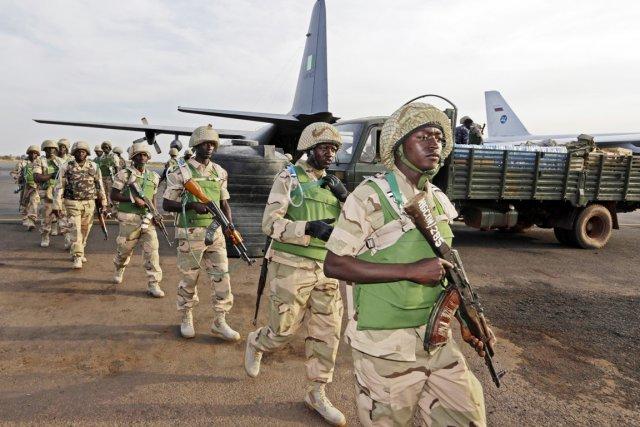 Des soldats nigérians débarquent sur le tarmac de... (PHOTO ÉRIC GAILLARD, REUTERS)