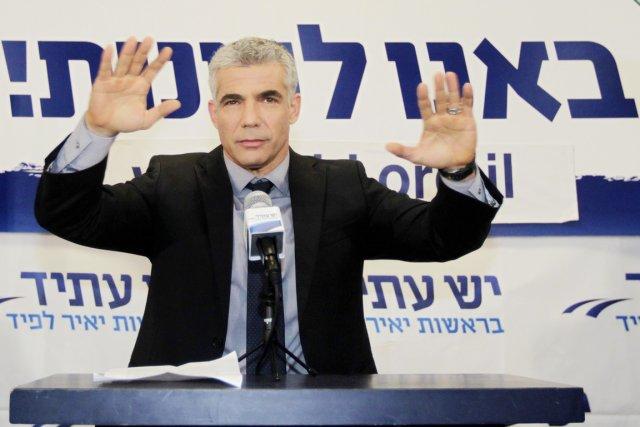 Le centriste Yaïr Lapid et sa formation Yesh... (PHOTO SEBASTIAN SCHEINER, AP)