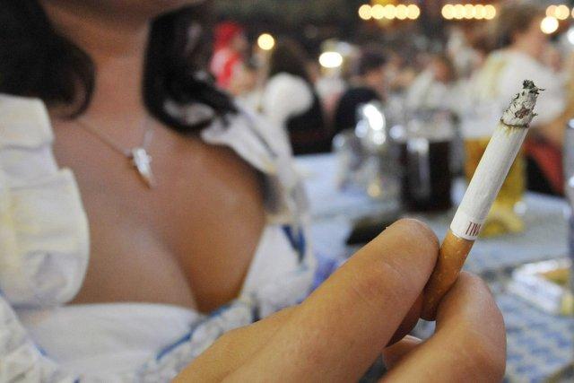 cancer du poumon risque tr s accru chez les femmes fumeuses sant. Black Bedroom Furniture Sets. Home Design Ideas