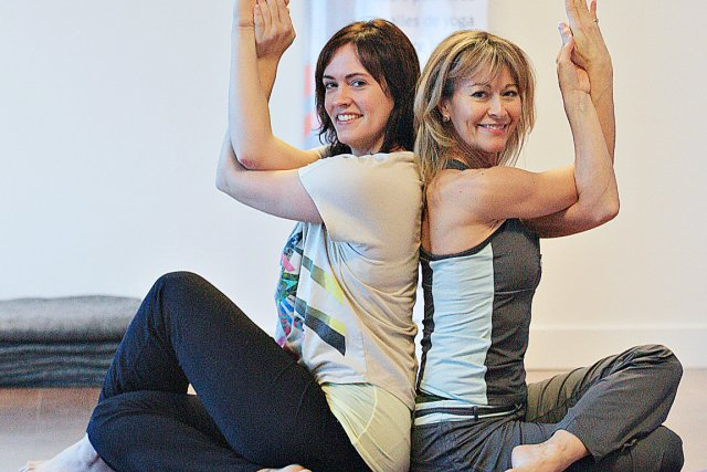 Enseignant le yoga depuis plusieurs années, les deux... (Le Soleil, Pascal Ratthé)