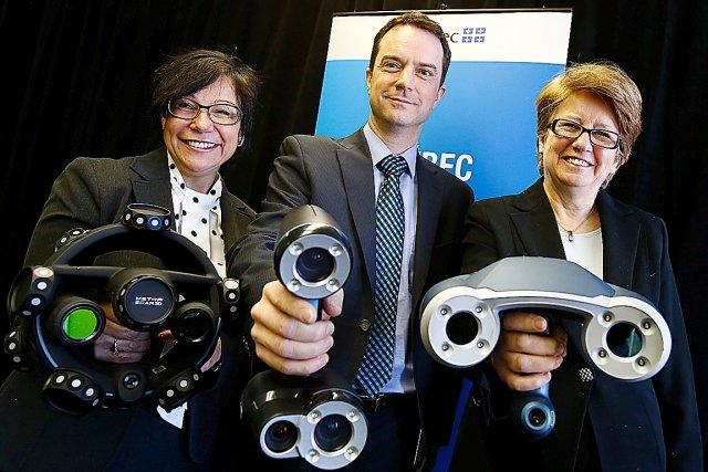 Les ministres Élaine Zakaïb et Agnès Maltais entourent... (Le Soleil, Yan Doublet)
