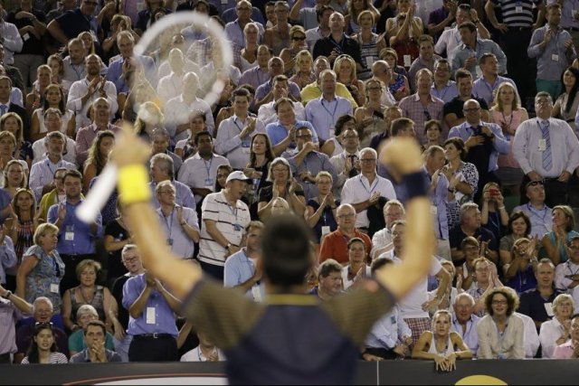 Novak Djokovic saluant la foule.... (Photo AP)