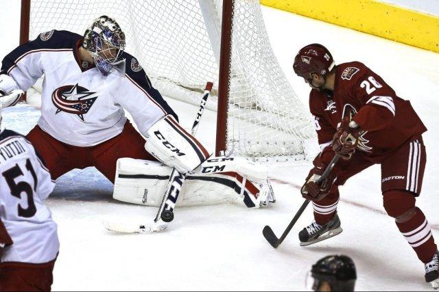 Steve Sullivan a le meilleur contre Steve Mason.... (Photo AP)