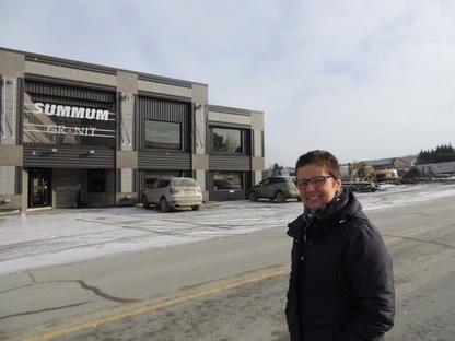 Lucille Bernier, co-propriétaire de Summum Granit, semblait très... (La Tribune, Ronald Martel)