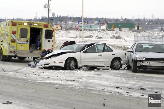 Une collision est survenue entre deux véhicules et un camion-remorque à Alma... (Photo Gimmy Desbiens)