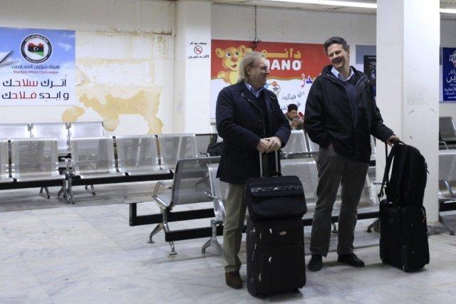 Des ressortissants étrangers attendent à l'aéroport Benina deBenghazi... (Photo Reuters)