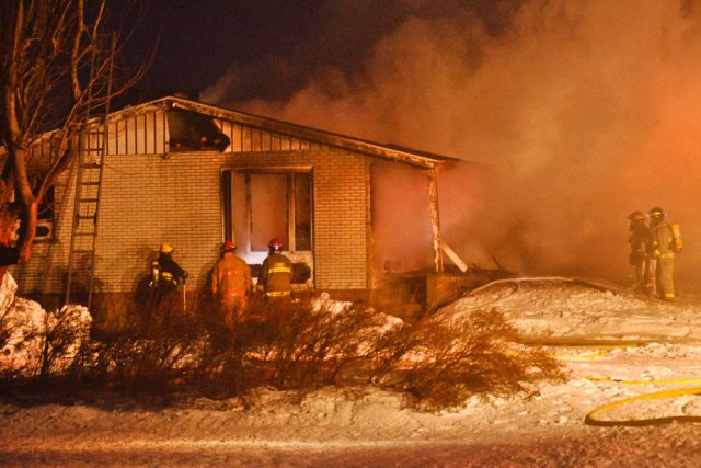 Une résidence a été complètement rasée par un incendie, jeudi soir sur le rang... (Photo: Émilie O'Connor)