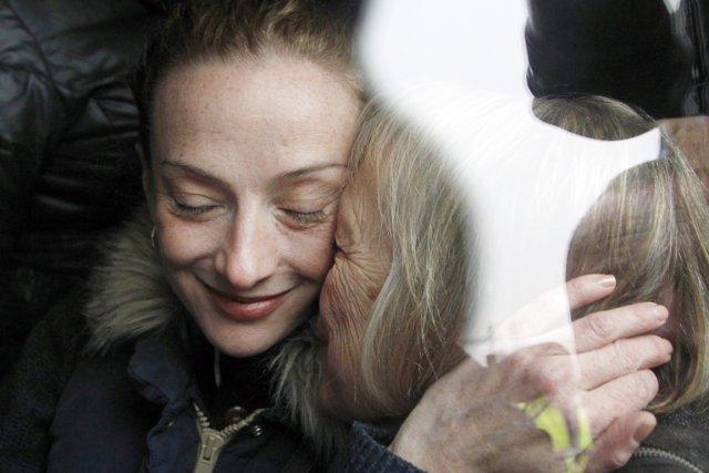 Florence Cassez est accueillie par sa mère, lors... (PHOTO CHRISTOPHE ENA, AP)