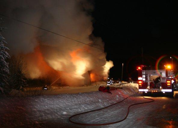 Un incendie a détruit une résidence de la rue De Quen, à Dolbeau-Mistassini... (Photo archives)