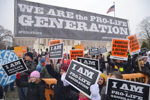 Brandissant des pancartes («Arrêter l'avortement maintenant» ou «Défendez... (PHOTO MANDEL NGAN, AFP)