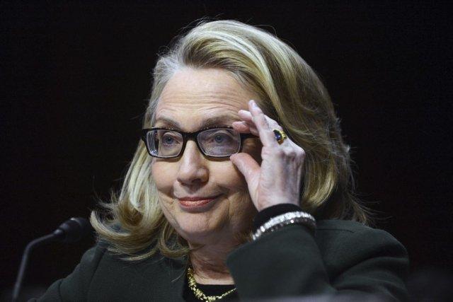 Mme Clinton ajuste ses lunettes - une grosse... (Photo SAUL LOEB, AFP)