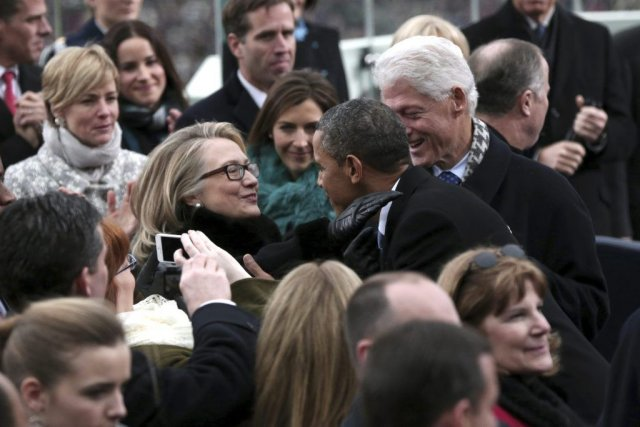 Hillary Clinton et Barack Obama se saluent sous... (Photo Win McNamee, AP)
