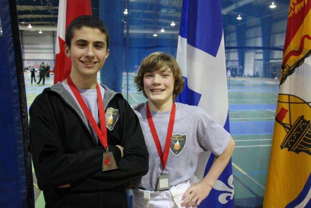 Keven Pronovost (bronze) et Zacharie Magnan (argent) ont... (Photo: Forgerons de la Mauricie - Club d'escrime)