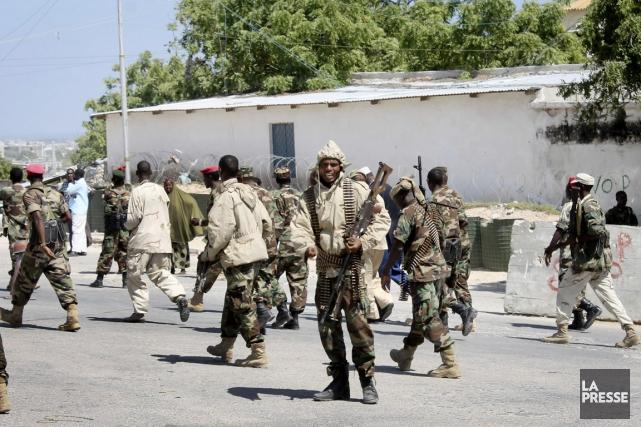 Des soldats patrouillent à proximité des bureaux du... (PHOTO FARAH ABDI WARSAMEH, AP)