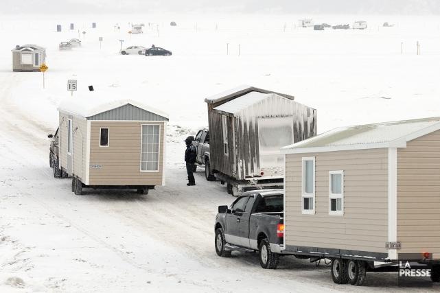 L'embarquement des cabanes dans les secteurs Grande-Baie et  Anse-à-Benjamin... (Photo archives)
