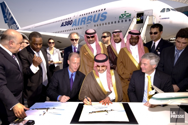 Le prince Al-Walid ben Talal Al Saoud signant... (Photo: Bloomberg)