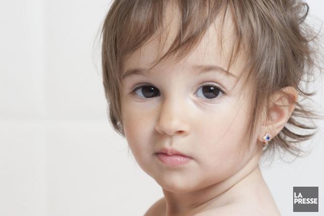 Les petites boucles d'oreilles en forme de coeur ou d'étoiles sont très... (Photos.com)