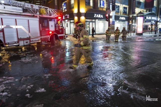 Inondation au centre-ville de Montréal.... (Edouard Plante-Fréchette, La Presse)