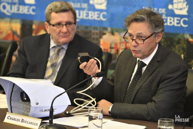 À la droite du maire Labeaume, Charles Boulanger... (Photo Le Soleil, Pascal Ratthé)