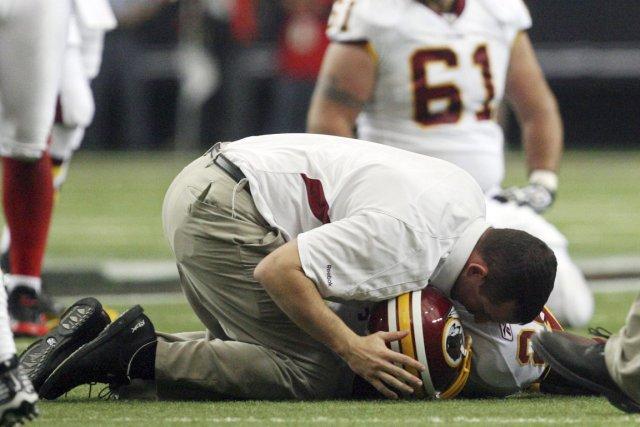 Un soigneur des Redskins prodigue des soins au... (PHOTO JOHN AMIS, ARCHIVES AP)