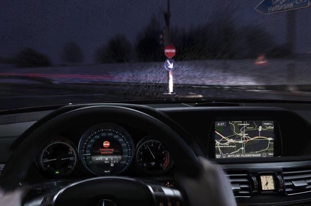 Mercedes-Benz a amélioré son système d'interprétation de la signalisation... (Photo fournie par Chrysler)