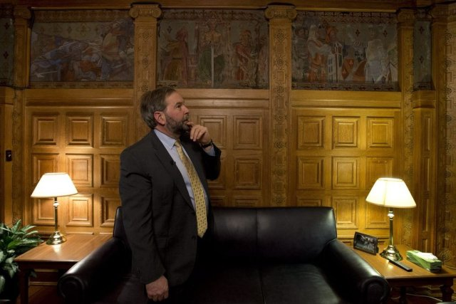 Tomas Mulcair devant la murale de son bureau.... (Photo Adrian Wyld, La Presse Canadienne)
