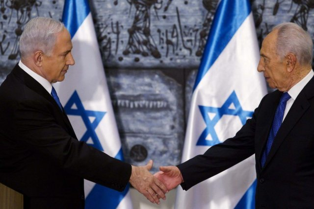 Le premier ministreBenjamin Netanyahou (à gauche) sert la... (POOL)