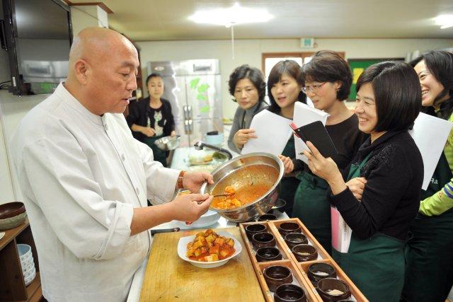 Le moine Jeokmun en plein apprentissage de sa... (PHOTO JUNG YEON-JE, AFP)