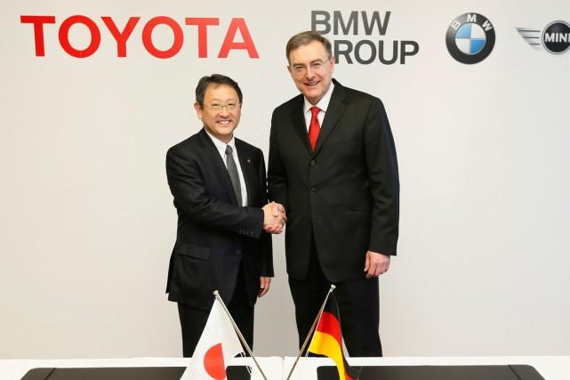 Le président de Toyota, Akio Toyoda, et le... (Photo archives AP)