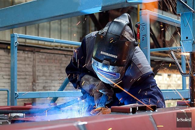 Un travailleur en action à l'usine de Bombardier... (Photothèque Le Soleil)