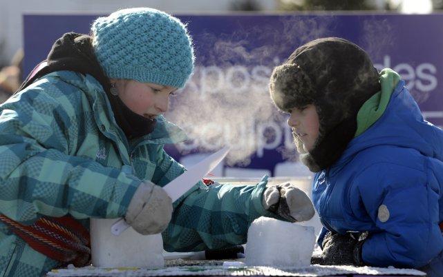 Des enfants s'adonnent à la sculpture sur glace... (Photo: Bernard Brault, La Presse)
