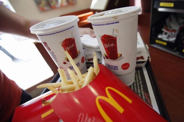 Symboles de l'hyperpuissance américaine et de la «malbouffe», Coca-Cola (KO)... (PHOTO MIKE SEGAR, ARCHIVES REUTERS)