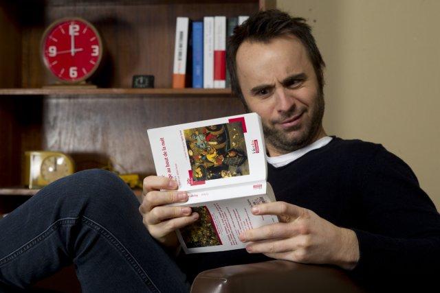 Louis-José Houde zyeute avec convoitise... le roman Voyage... (Photo: Olivier Jean, La Presse)