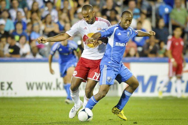 Collen Warner, en lutte ici avec Thierry Henry,... (PHOTO FOURNIE PAR L'IMPACT)